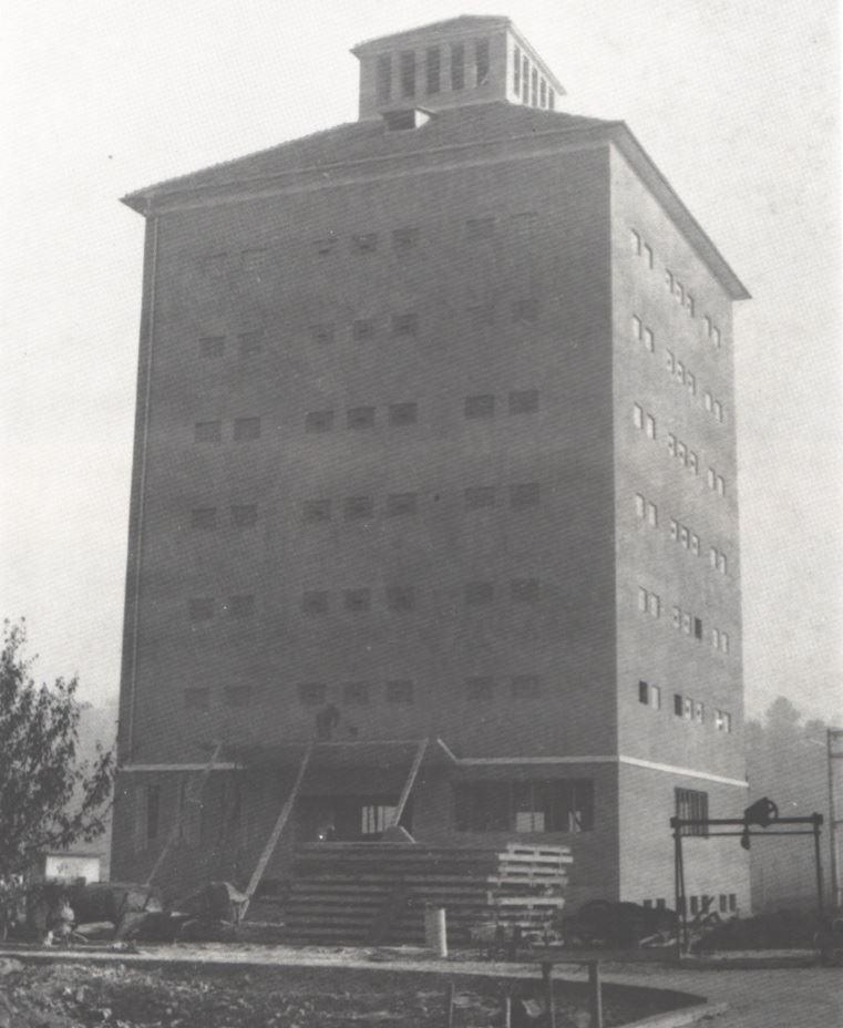 Obilné silo tesne pred dokončením v Horných Kočkovciach na Trenčianskej ulici cca 60. roky 20. storočia