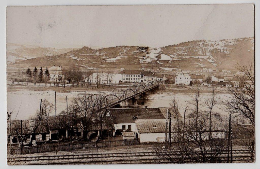 Púchov v r. 1928 z H. Kočkoviec. Vzadu ešte vidieť vyčnievať Púchovskú skalu ponad vrch Lachovec.