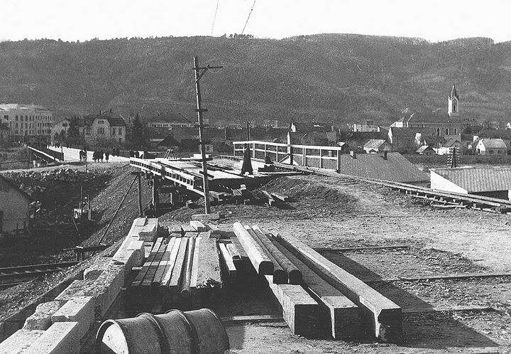 budovanie mostu ponad železnicu
