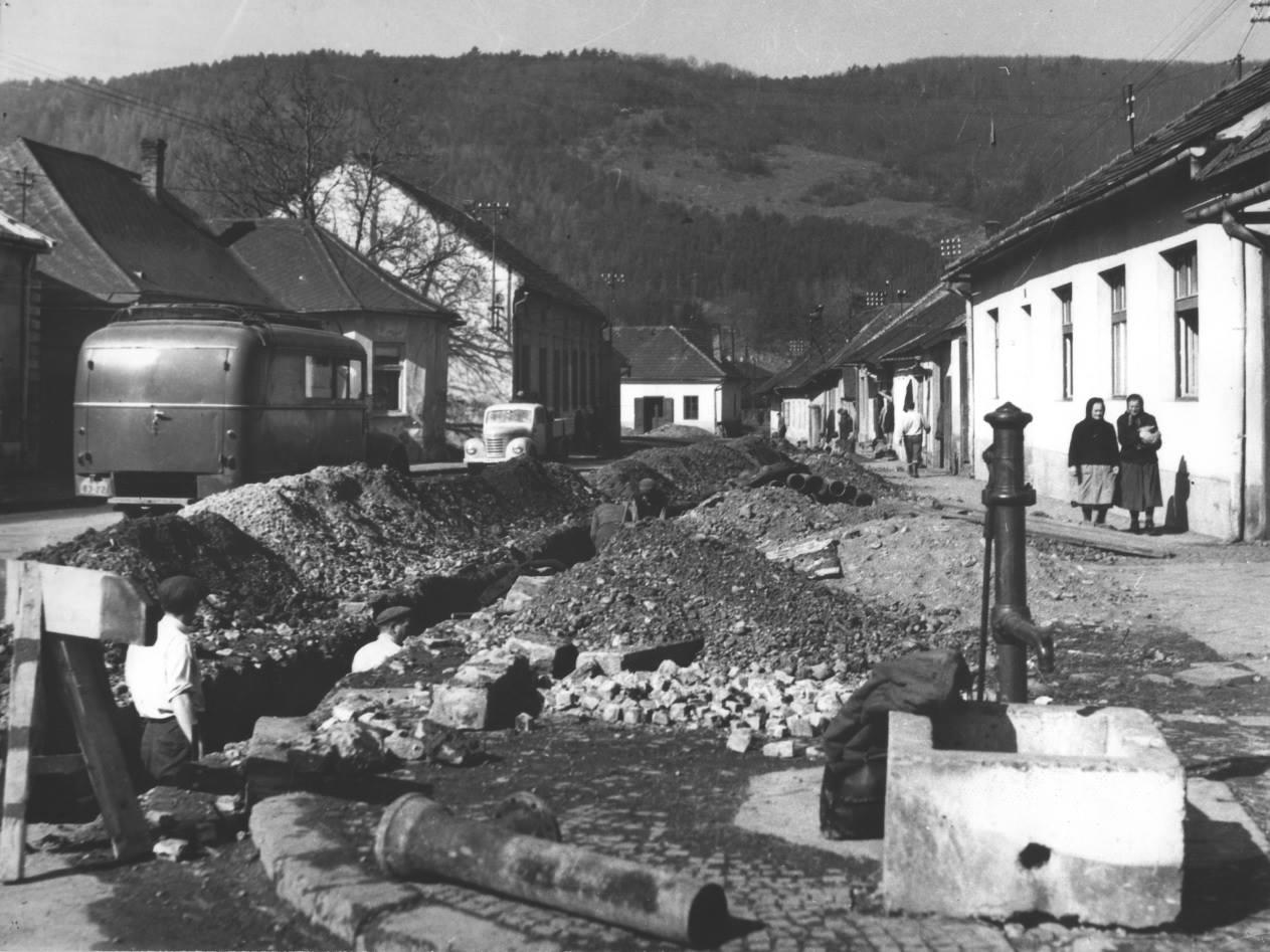 Fotografia z 50. rokov minulého storočia a na nej výstavba kanalizácie na konci Námestia slobody a začiatku Chmelinca v Púchove