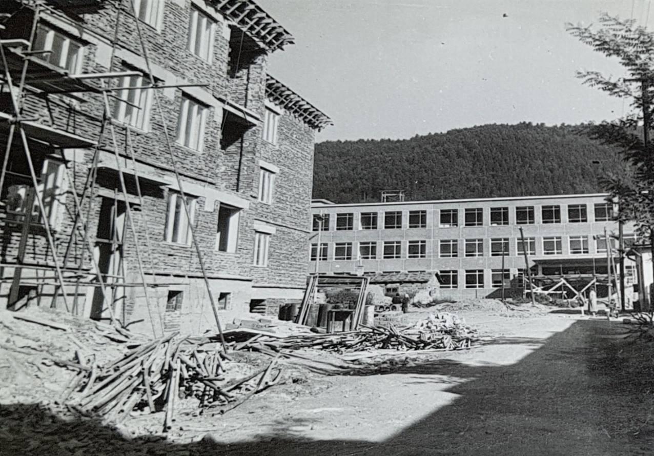 Výstavba na dnešnej Ulici M. R. Štefánika v Púchove (vtedy Ul. kpt. Nálepku) v druhej polovici 50. rokov minulého storočia (asi 1956). Vzadu vidieť aj ZŠ Komenského.