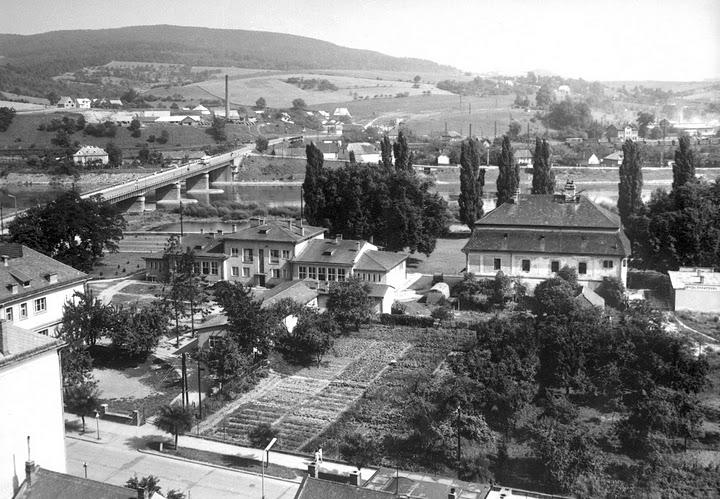 Stará škôlka (dnes budova Gymnázia) a Župný dom (vedľa sklárstvo)