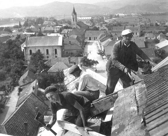Výmena strešnej krytiny na veži kat. kostola v septembri 1953