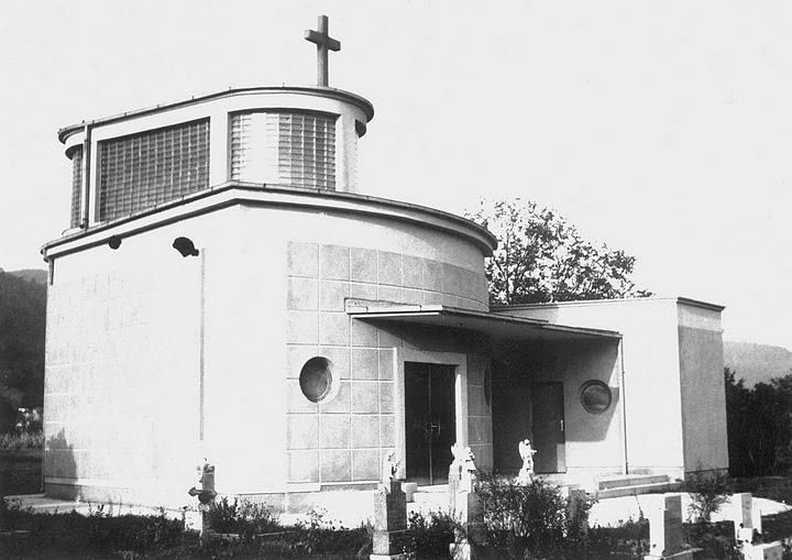 dom smútku na starom cintoríne