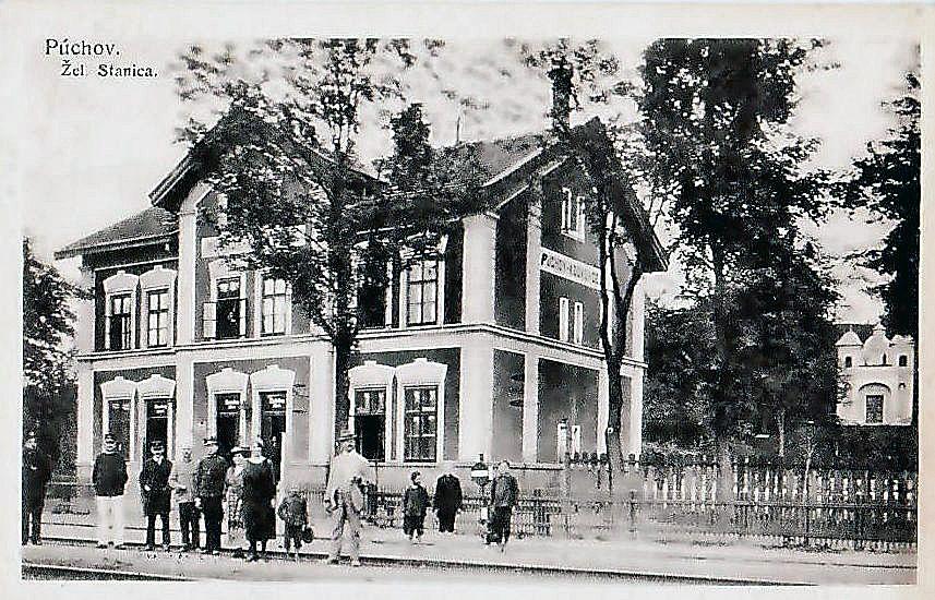 Fotografia zo začiatku 20. storočia zachytila starú železničnú stanicu (už neexistujúcu) v Púchove-Horných Kočkovciach spolu s Kaplnkou Nanebovzatia Panny Márie (vpravo).