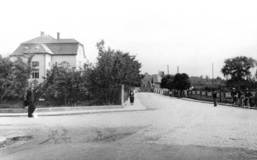 Fotografia križovatky pri tzv. Rožáku: pohľad smerom k mostu a Velitsovskej vile v 30. rokoch minulého storočia