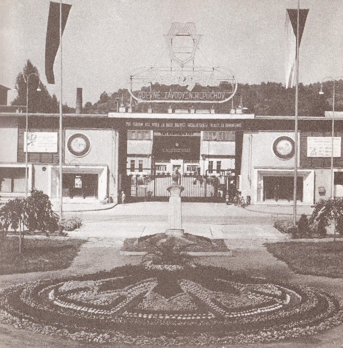 MAKYTA n. p. a Park J. Fučíka s bustou a kvetinovými záhonmi na prelome 50. a 60. rokov minulého storočia