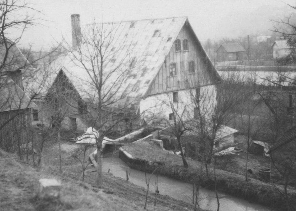 Martinovičov mlyn pri Bielej vode - cca pol. minulého storočia (lokalita pod starou cestou z PU na Moravu, na druhom brehu rieky je Hrabovka)