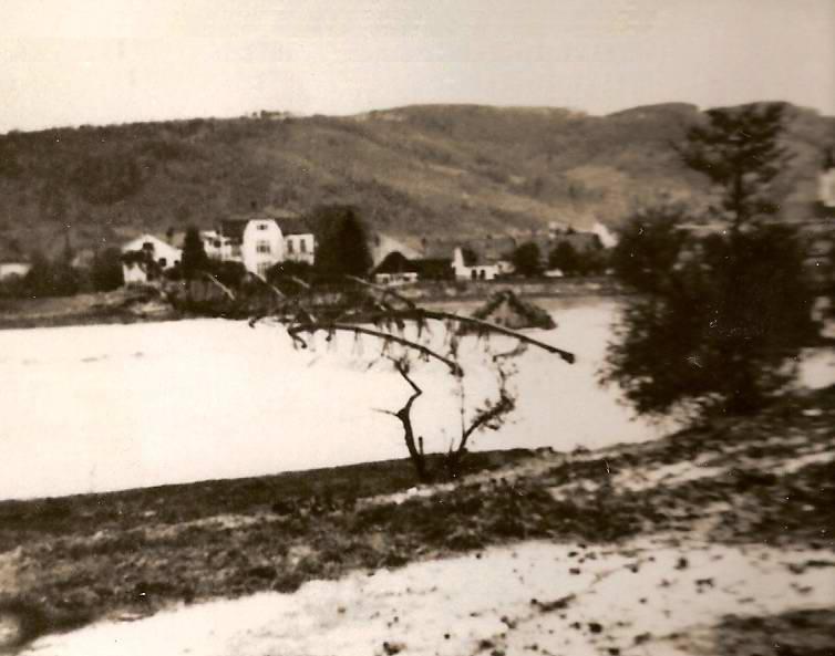 1. most v Púchove zničený odchádzajúcimi nemeckými vojskami 30. 4. 1945 odfotografovaný z H. Kočkoviec