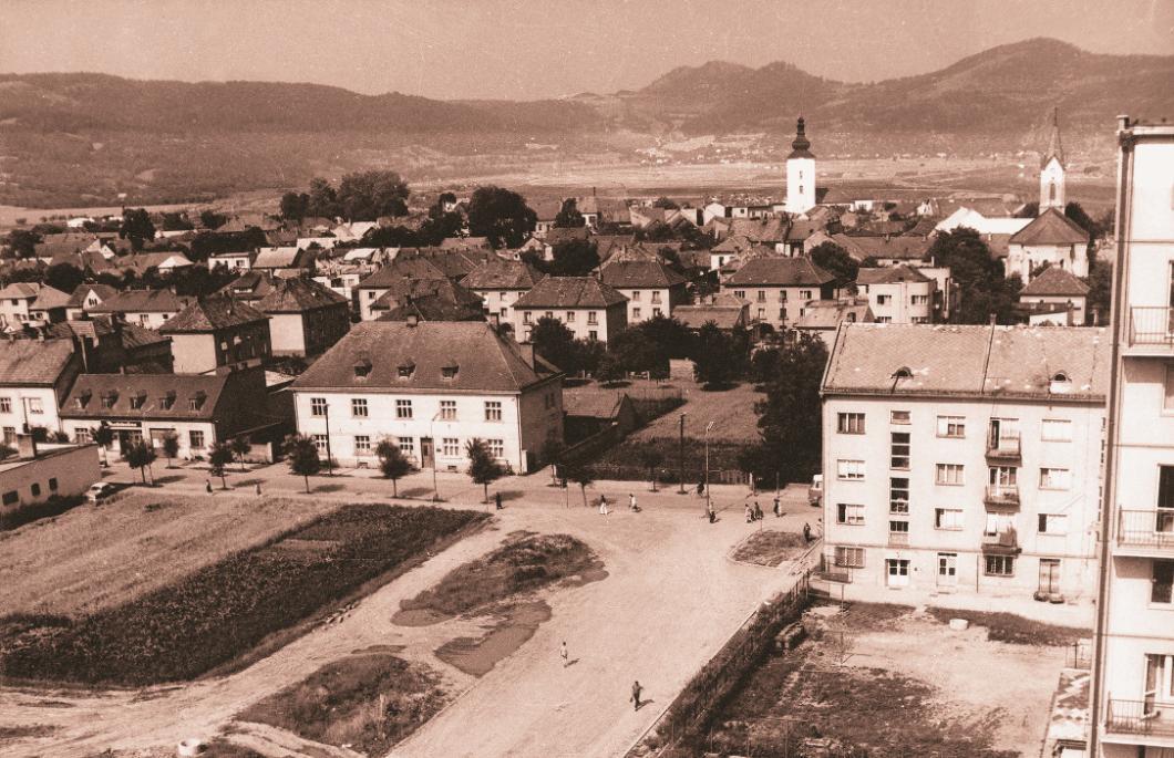 Fotografia Púchova a priestoru medzi Obrancov mieru a Štefánikovou z výškovej panelovej budovy na začiatku 70. rokov 20. storočia