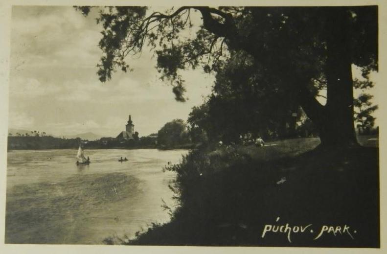Fotografia Púchova nad Váhom v 30. rokoch minulého storočia z pravého brehu Váhu, kde sa nachádzal park alebo tzv. Sihoť