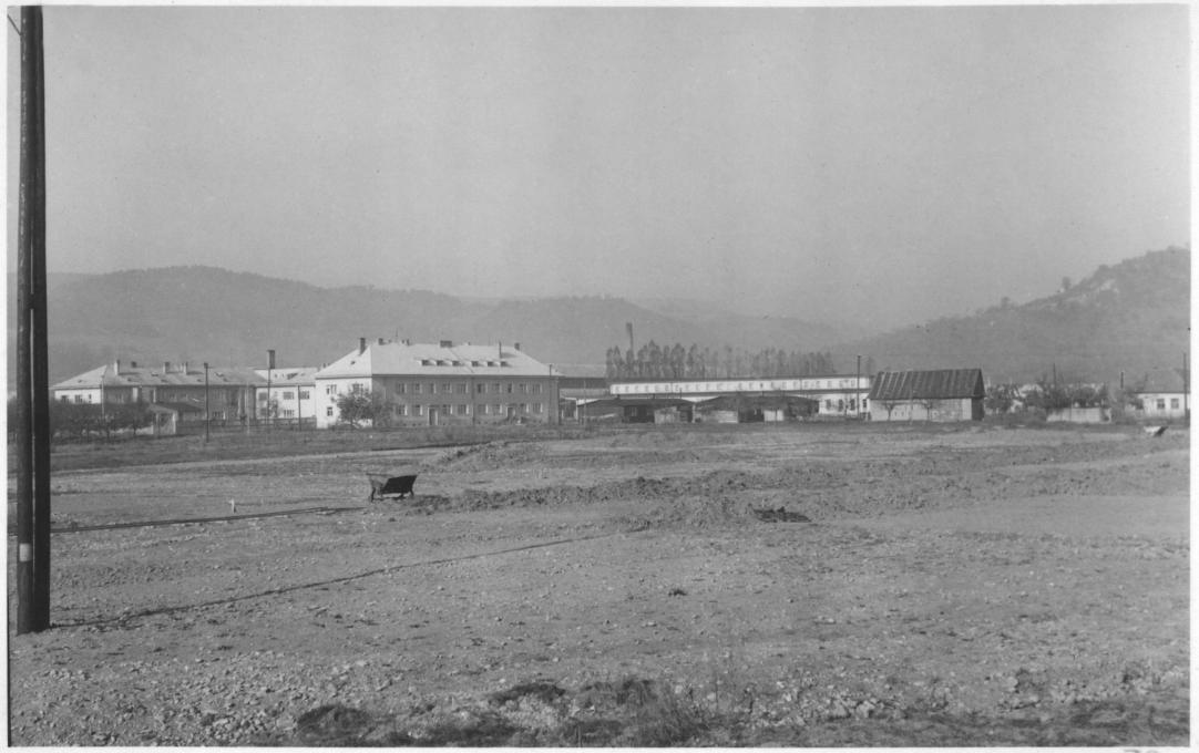 Výstavba štadióna v Púchove v r. 1952 - pohľad od násypu: vzadu vidieť aj dnes stojace bytovky a budovu Makyty