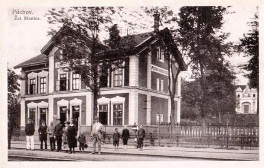 Stará budova železničnej stanice v Púchove-Kočkovciach postavená v 80. rokoch 19. storočia. Fotografia je z obdobia 1. ČSR.