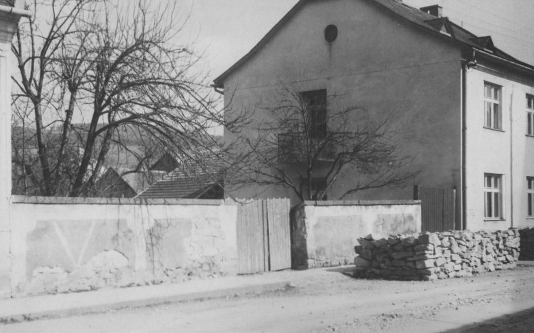 Vstup do tzv. Súdnej uličky, ktorá spájala Moravskú ulicu s dnešným Námestím slobody (pohľad od Morav. ulice) v polovici 20. storočia