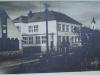"""Fotografia z roku 1937 zachytáva dnešnú ZUŠ ako Štátnu ľudovú školu a záhradky priliehajúce k domom namiesto parkoviska pri """"Rožáku""""."""
