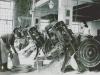 Fotografia z Azbestovocementových závodov v Púchove (pred tým Syenit a Syderolit), ktorá v 50. rokoch zachytila výrobu škridiel.