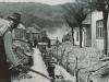 Na fotografii je opäť výstavba kanalizácie v Púchove, tentokrát na dnešnom Námestí slobody približne v 60. rokoch minulého storočia (v hornej časti ulice smerom ku Chmelincu - na ľavej strane dnes stoja výškové panelové domy)