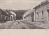 začiatok Moravskej ulice na prelome 19. a 20. storočia. Za domami vľavo sa nachádza evanjelický kostol, ktorý z tohto uhla pohľadu nie je vidieť