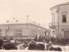 zhromaždenie ľudí v Púchove na dnešnom Námestí slobody pod vežou kostola pri vstupe na Moyzesovu ulicu (vľavo Katolícky kultúrny dom a vpravo Hostinec u Nathana) - asi 1937