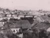 fotografia z 30. rokov minulého storočia, ktorá zachytila domy na Hollého ulici v Púchove (nad Váhom), ale i starý most a rozrastajúce sa Horné Kočkovce, ktoré už v tom čase boli mestskou časťou