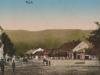 """Na pohľadnici od pána S. Mikulu z roku 1915 je možné vidieť dnešné Námestie slobody. Fotograf """"našteľoval"""" svoj aparát na križovatke Námestia a Moyzesovej ulice (pešej zóny) smerom na Lachovec a vďaka nemu môžme pozorovať po viac ako 100 rokoch dnes už zaniknuté stavby, ale i domácich obyvateľov."""