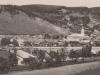 pohľad z (vtedy už mestskej časti) Horných Kočkovciec na mestečko Púchov. Fotografia sa nachádza na pohľadnici poslanej v roku 1930, a teda je pravdepodobne z konca 20. rokov minulého storočia