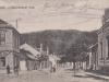 Na viac ako 100-ročnej pohľadnici môžete vidieť zadnú časť dnešného Námestia slobody v Púchove s pohľadom smerom na Chmelinec, pričom vľavo dnes stoja výškové panelové domy.