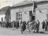 So zaujímavou fotografiou sa podelil pán Vladimír Sušanin. Fotograf zachytil zástup ľudí čakajúcich na možnosť hodiť hlasovací lístok vo voľbách do Národného zhromaždenia Č-SSR, SNR a do Národných výborov 12. júna 1960. Budova bola vtedy známa ako Dom osvety, no napr. v roku 1938 tu bolo Púchovčanom oznámené, že v Žiline bola 6. októbra vyhlásená autonómia Slovenskej krajiny. Pred 80 rokmi sa budova na rohu dnešného Námestia slobody a Mozesovej (pešej) ulice pod vežou kostola volala Katolícky kultúrny dom.