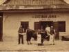 Unikátna viac ako 100-ročná fotografia mäsiara-udenára Jána Čižmára alebo Jánosa Cziszmára spred prvej svetovej vojny v Púchove pred jeho mäsiarstvom aj so zákazníkmi - dnešná Moyzesova ulica oproti Bille