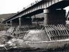prehlbovanie dna Váhu a spevnenie základov mosta v r. 1956