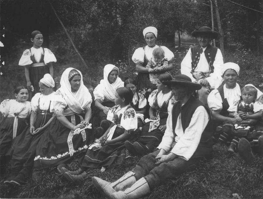 Fotografia obyvateľov Púchovskej doliny, konkrétne z Viesky-Bezdedova (zlúčené v r. 1863 a od r. 1960 mest. časť Púchova), ktorú datujeme do prvej polovice 20. storočia.