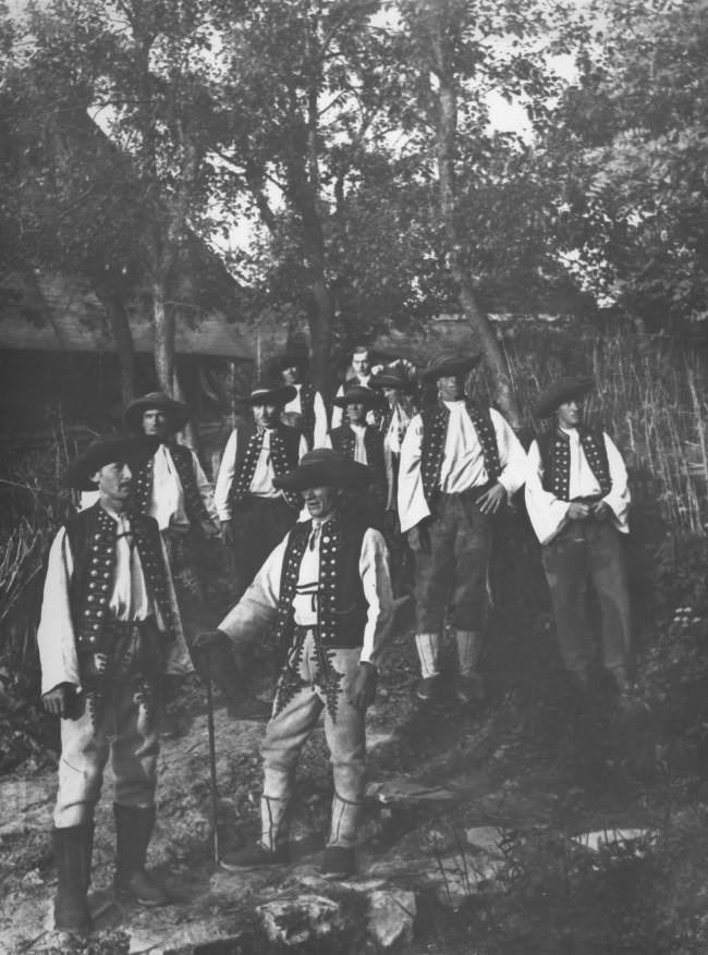 Takto nebojácne stáli chlapi z Ihrišťa pri Púchove v roku 1928 pred objektívom fotoaparátu.