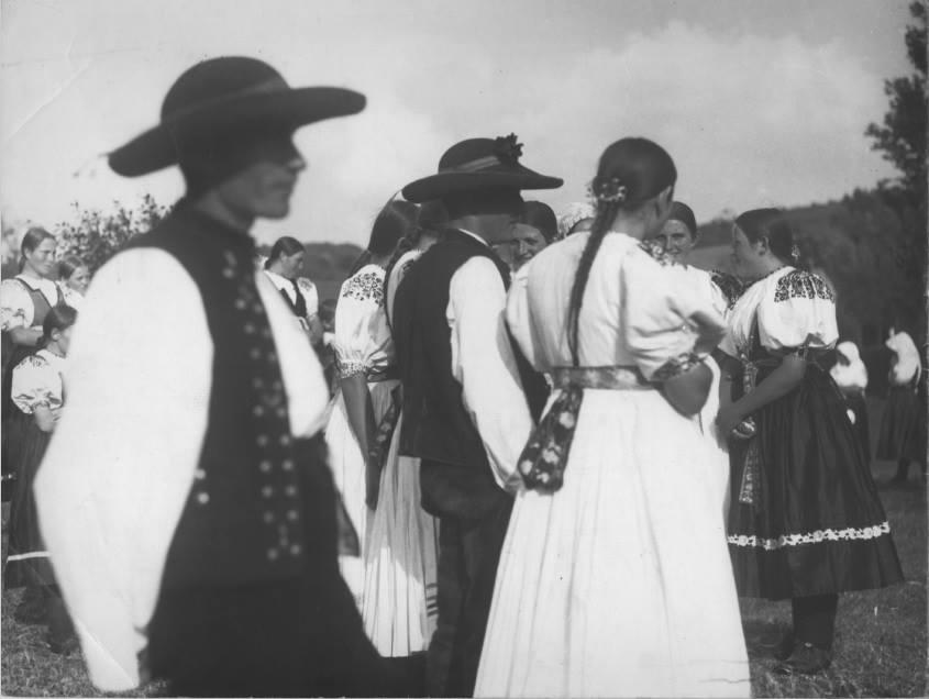 Krojovaná mládež v cca 30. rokoch minulého storočia v Mostišti