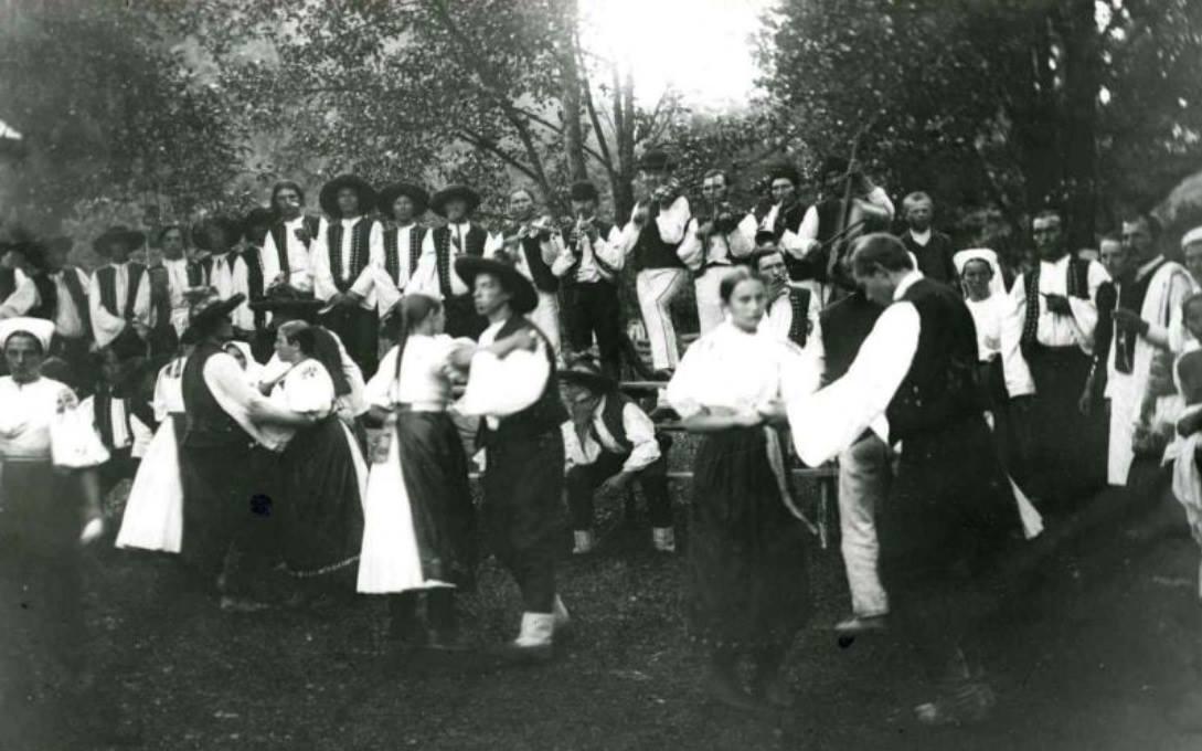 Tanečná zábava v Púchovskej doline okolo roku 1900
