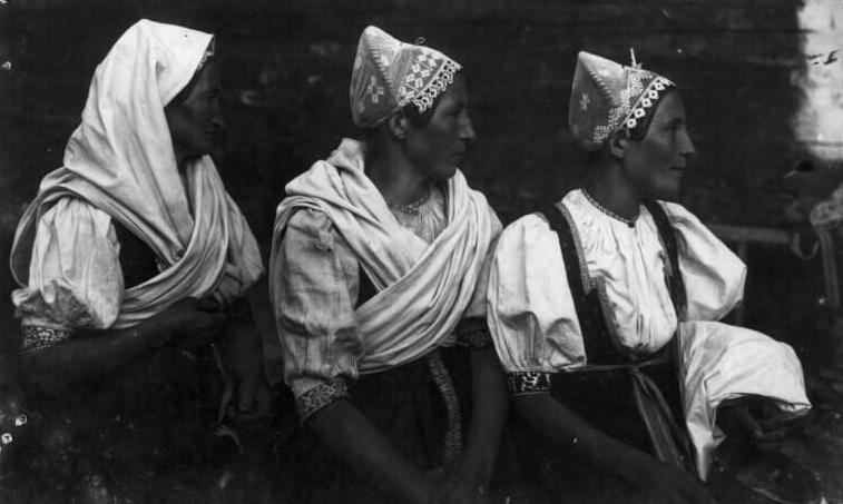 Obyvateľky Lúk na fotografii z r. 1923