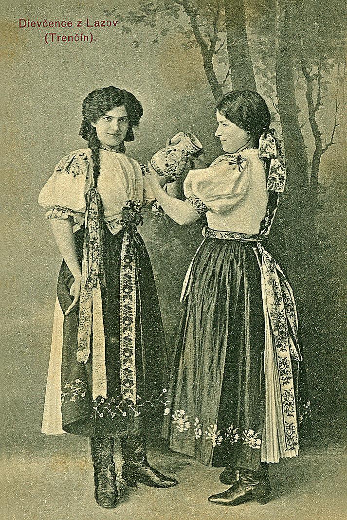 Krojované dievčatá z Lazov (pod Makytou) na pohľadnici zo začiatku 20. storočia