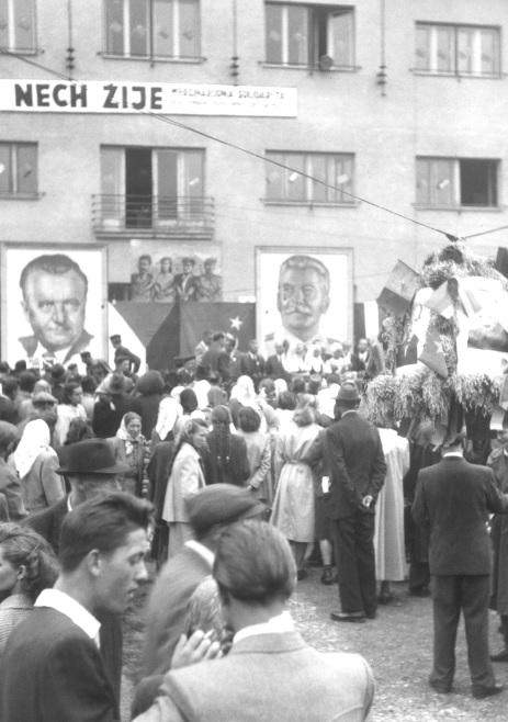 Dožinková oslava pred dnešným Mestským úradom v Púchove na začiatku 50. rokov minulého storočia