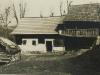 Fotografia Karola Plicku zachytáva typické domy v okolí Púchova v 20. rokoch minulého storočia - Hoštiná