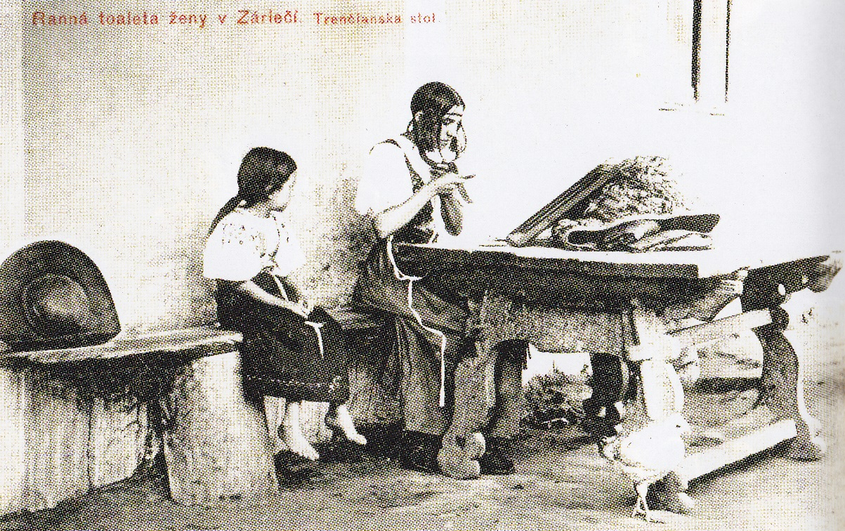Fotografia P. Socháňa: Záriečie (Púchovská dolina) - Ranná toaleta ženy (Zdroj: Záriečie v obrazoch a spomienkach)