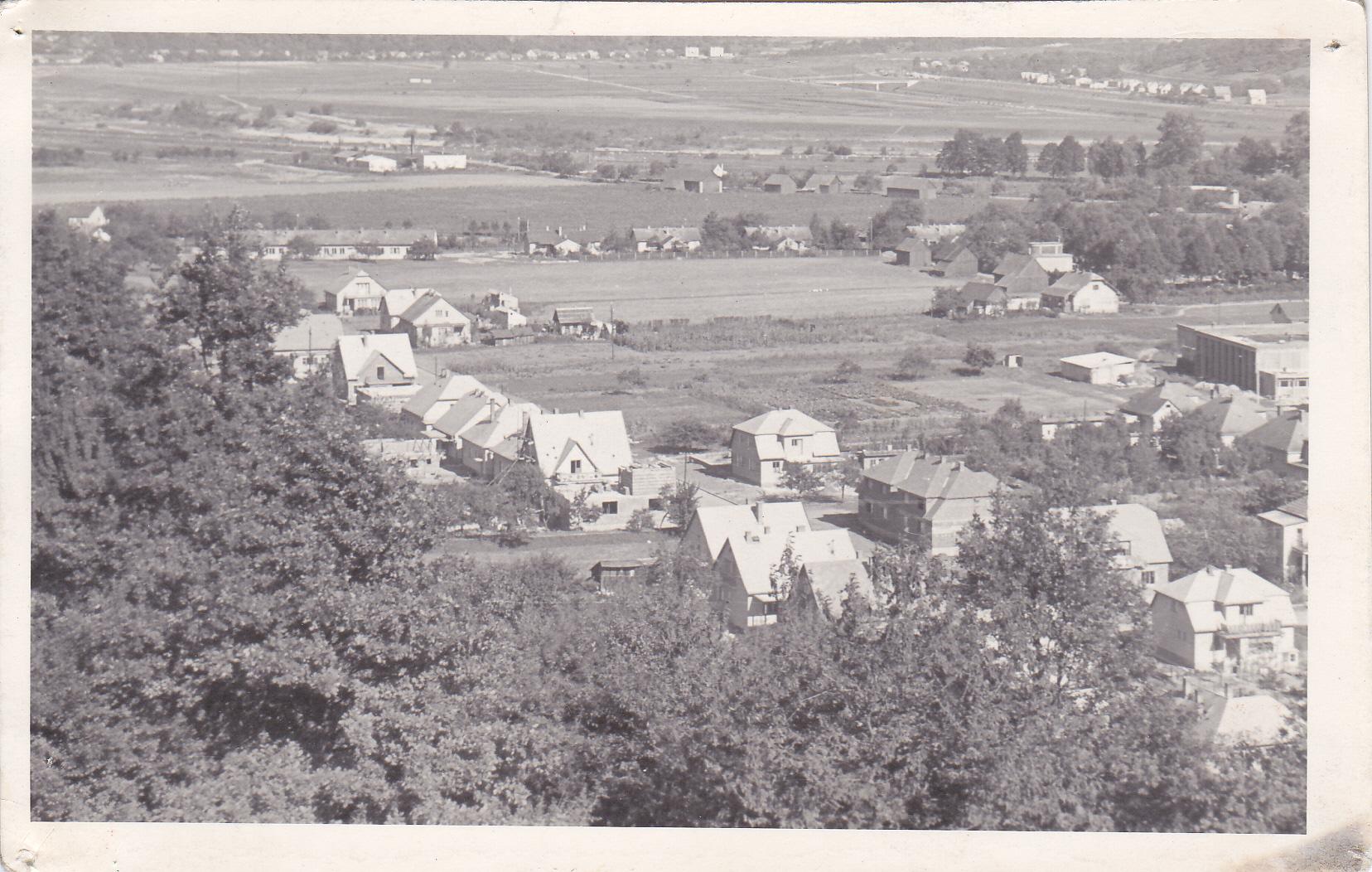 Ulica J. Kráľa a Chmelinec v 60. rokoch. Úplne vzadu hore obec Nimnica, vpravo hore Nosice, vpravo v strede telocvična ZŠ Komenského, nad ňou mest. cintorín s domom smútku...