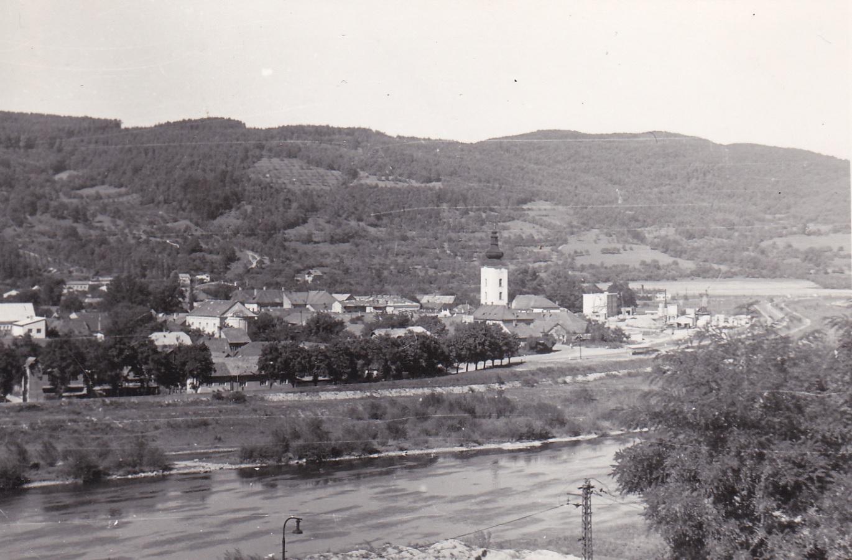 Pohľad na Púchov z Nových Nosíc na prelome 60. a 70. rokov teda v čase, kedy koryto Váhu dostalo súčasnú podobu po výstavbe Priehrady mládeže a začala sa stavať tzv. Paneláreň pre sídliskovú výstavbu v meste