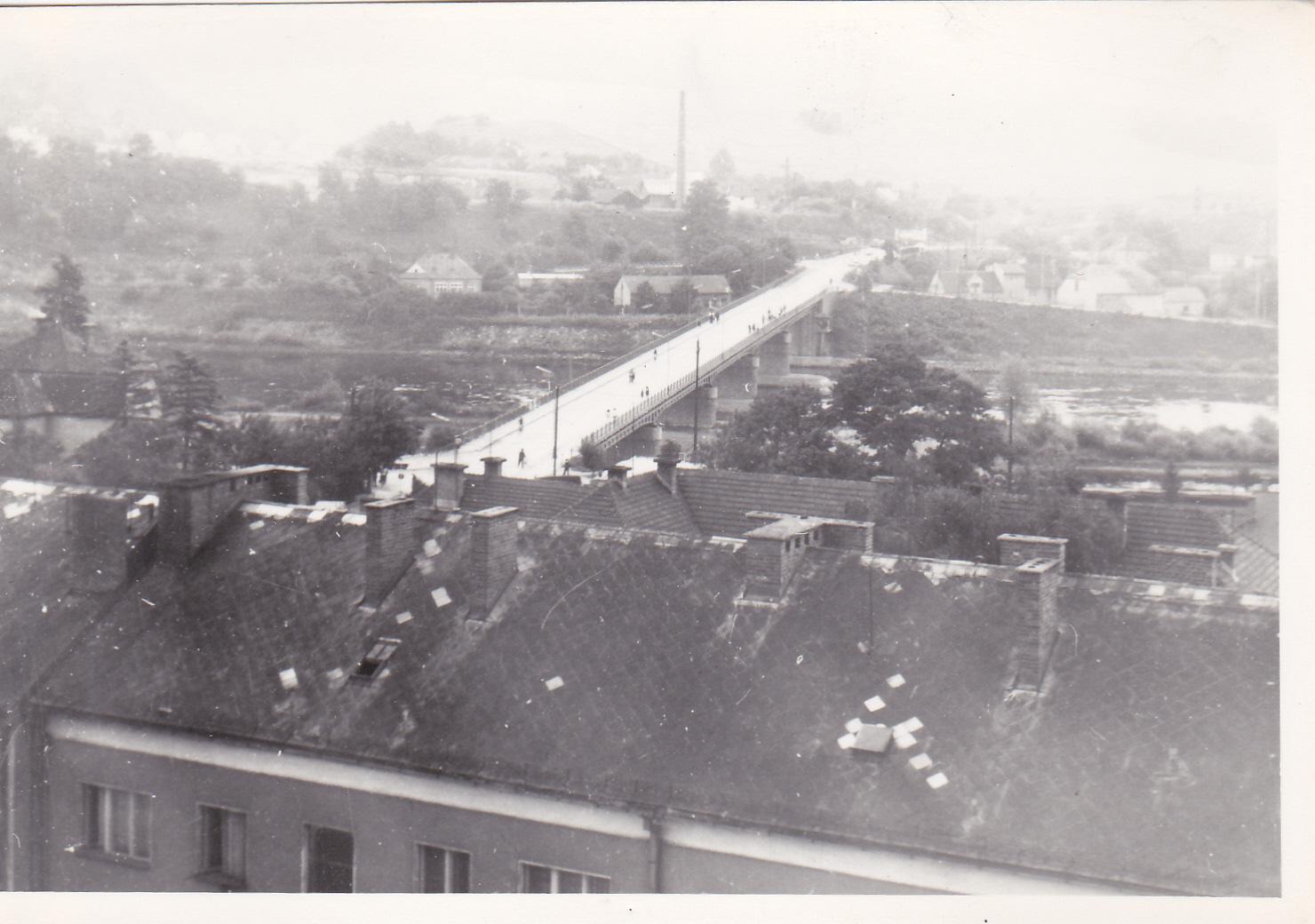 Pohľad na most a H. Kočkovce v r. 1973 z jednej prvých výškových budov v meste (tzv. modrý panelák)