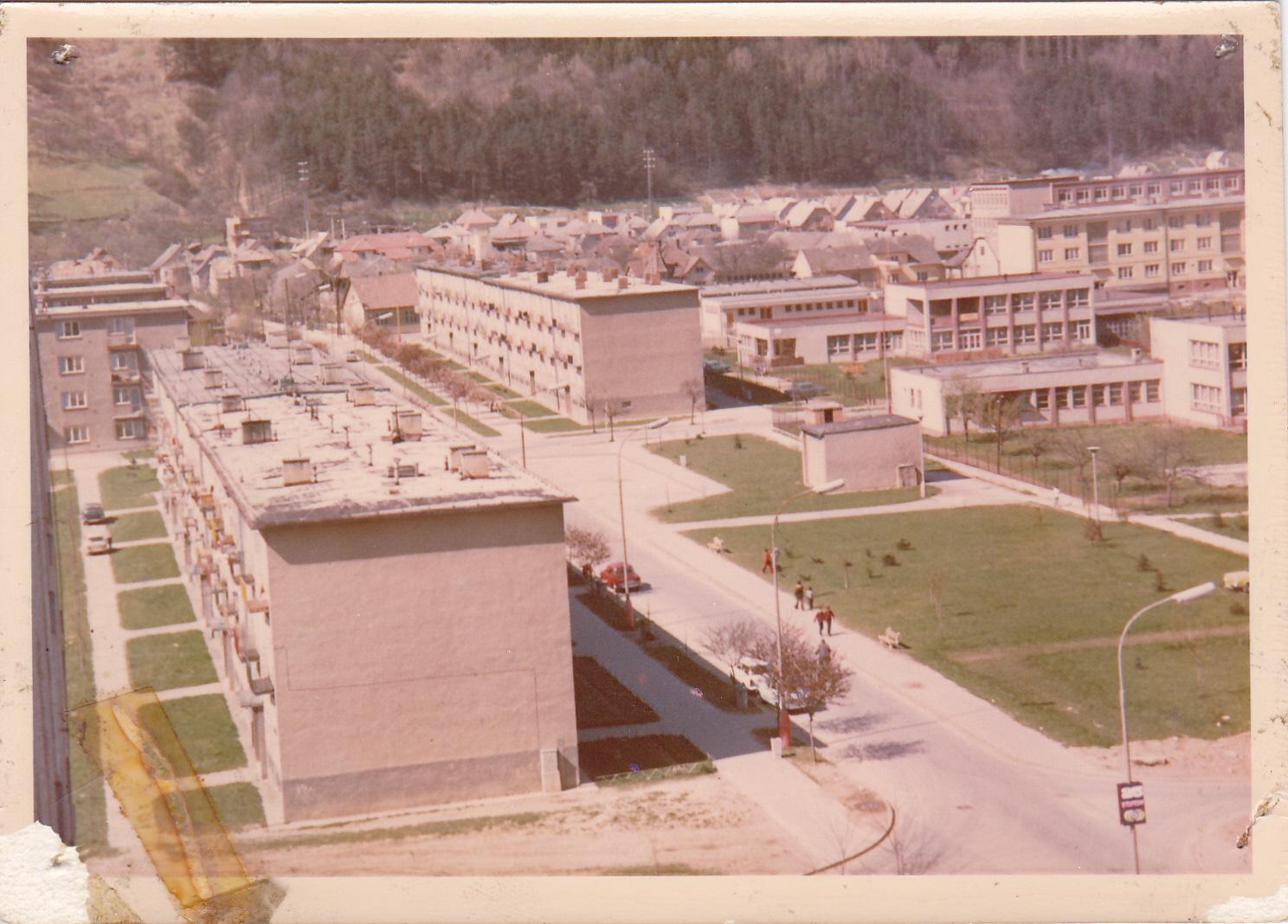 Farebná fotografia z roku 1975 a na nej Ulica Obrancov mieru, škôlky na Požiarnej ul. a domy pod Lachovcom