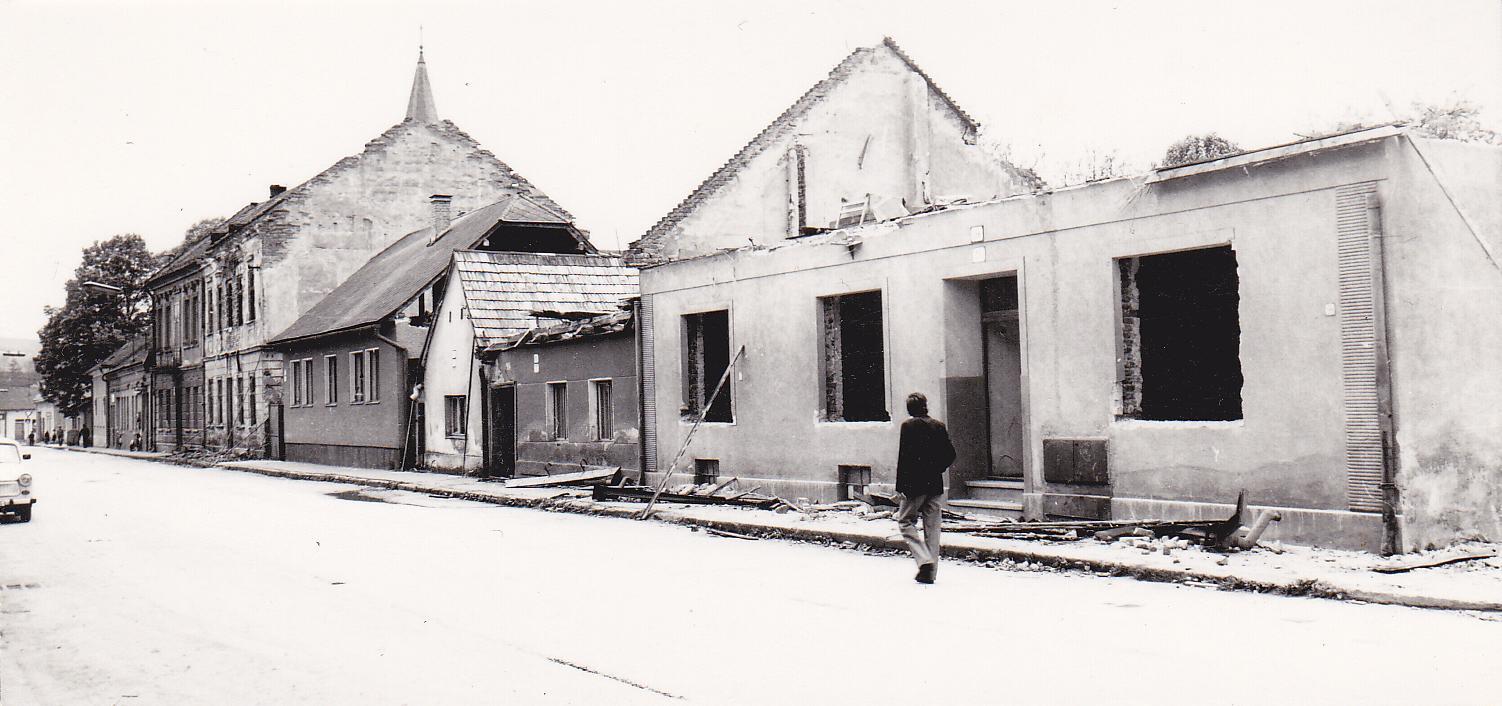 Búranie domčekov na Moravskej ulici v roku 1981