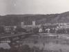 Pohľad na Púchov z Nových Nosíc na prelome 60. a 70. rokov, kedy bola tzv. odhánka aj na druhej strane mosta a gymnázium nemalo telocvičňu.