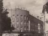 Budova tzv. Rožáku v Púchove v roku 1963, kedy sa na vrchu inštalovala reklama. Predajňa s odevmi na prízemí tu funguje už takmer 65 rokov.
