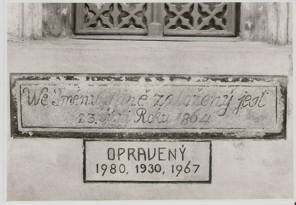 """""""Základný"""" kameň evanjelického kostola v Púchove s dátumom založenia chrámu a rokmi opráv, ku ktorým pridávame ďalšie: 1989, 2004, 2008, 2009 bez zmien v pôvodnej stavbe."""