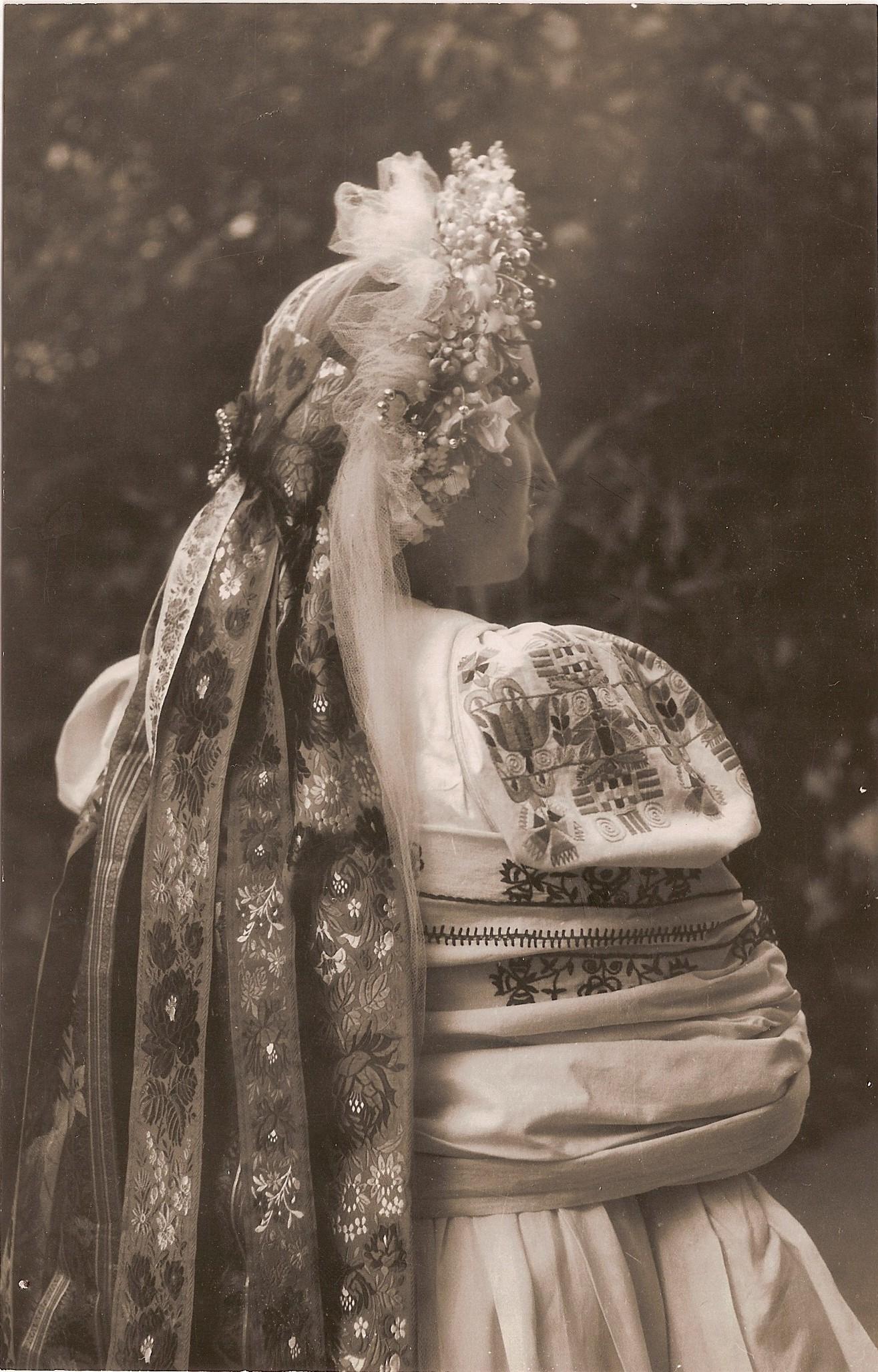 Svadobný kroj nevesty z Púchovskej doliny zozadu