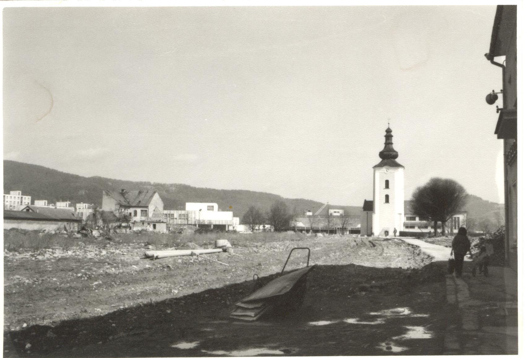 Zničené staré centrum Púchova koncom 80. rokov minulého storočia n (Moyzesova ul - pešia zóna dnes). Vpravo ešte stojí hotel Javorník.