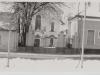 Pohľad na starú vstupnú bránu a evanjelický kostol v Púchove z Moravskej ulice ešte v 80. rokoch minulého storočia